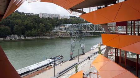 Бизнес-центр в виде громадного оранжевого куба