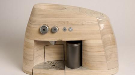 Кофеварка в деревянном украшении